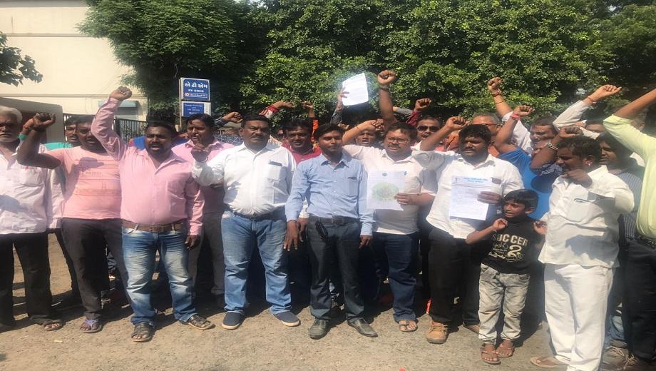aadivasi-tribal-protest-dalit-right-ahmedabad