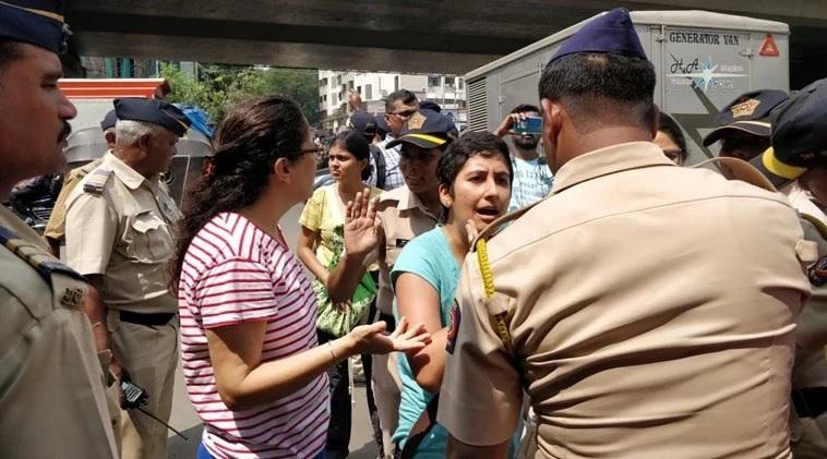 पुलिस और प्रदर्शनकारी आमने-सामने।