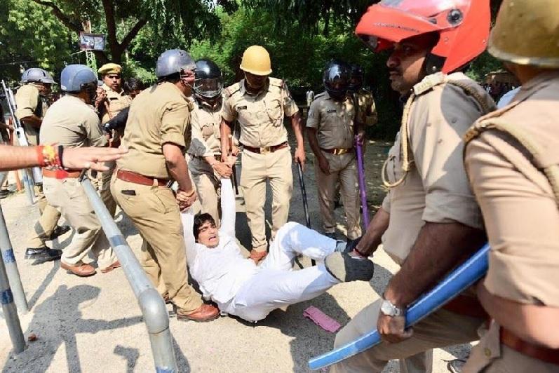 एक छात्र को गिरफ्तार करती पुलिस।