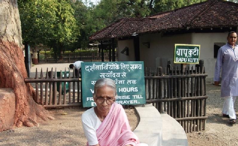 फ़ोटो में शांता बाई हैं जो बचपन में इसी जगह गांधी की प्राथना सभा मे जाती थीं।