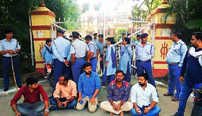 बीएचयू में धरने पर बैठे छात्र।