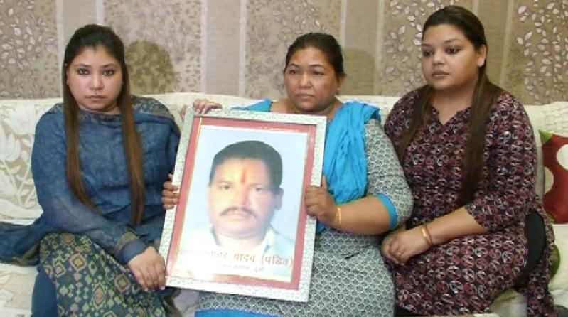 जवाहर पंडित की फोटो के साथ उनका परिवार।