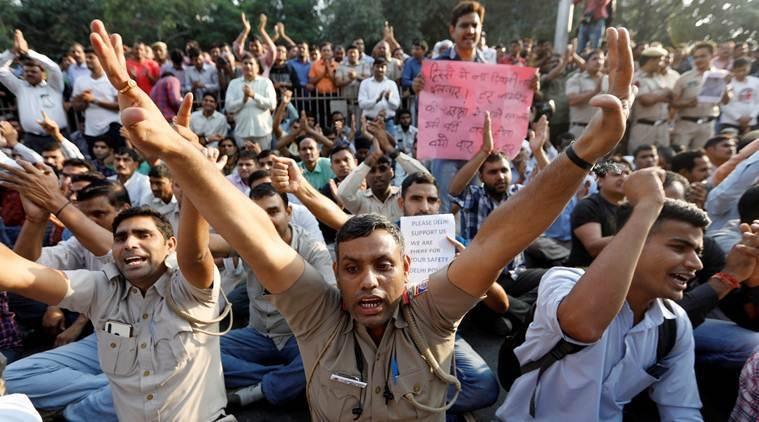पुलिसकर्मियों का विरोध-प्रदर्शन।