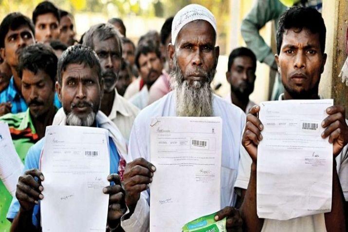एनआरसी का कागज लिए असम के नागरिक।