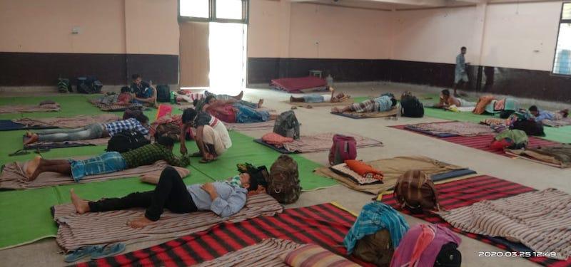 रायपुर के एक हाल में शरण लिए लोग।