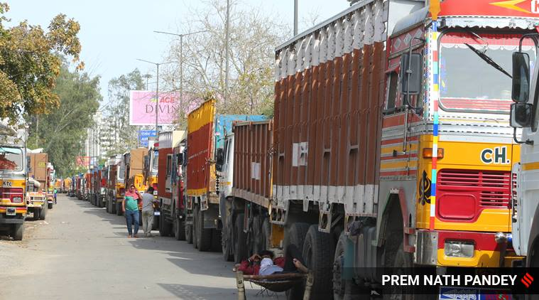 ट्रकों की क़तार। साभार-इंडियन एक्सप्रेस।