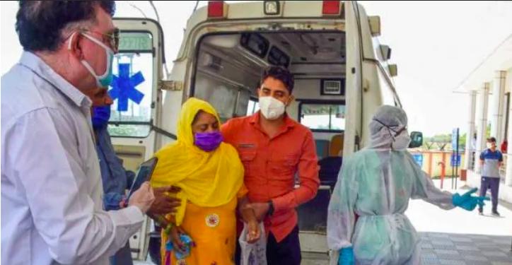 झारखंड में एक मरीज़ को ले जाते लोग।