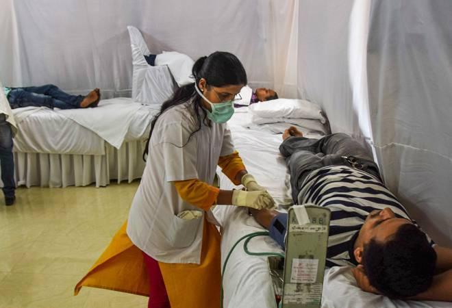 बिहार में इलाज करती एक डॉक्टर।
