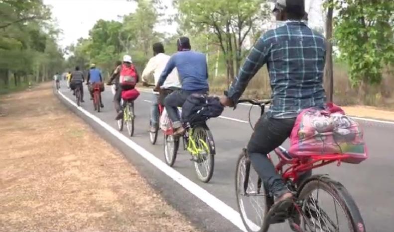 साइकिल पर घर जाते मजदूर।