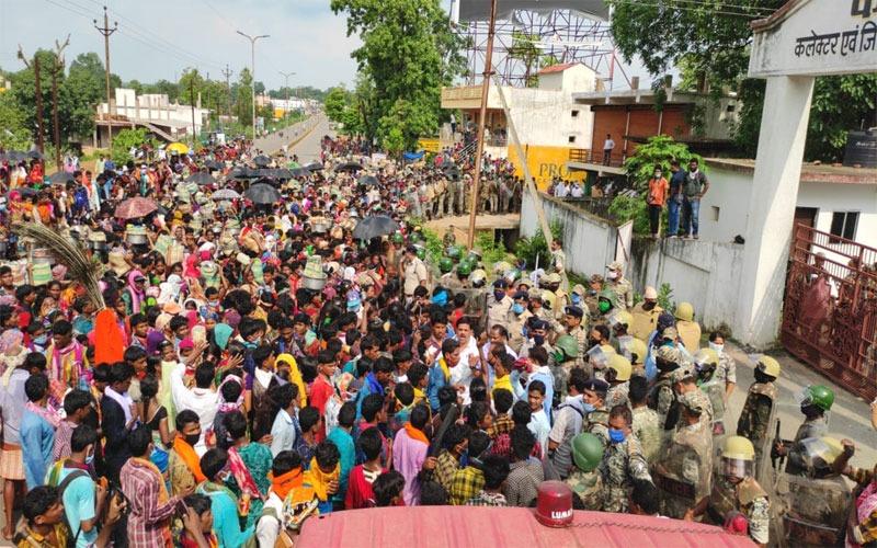 बीजापुर मुख्यालय के सामने आदिवासियों का प्रदर्शन।