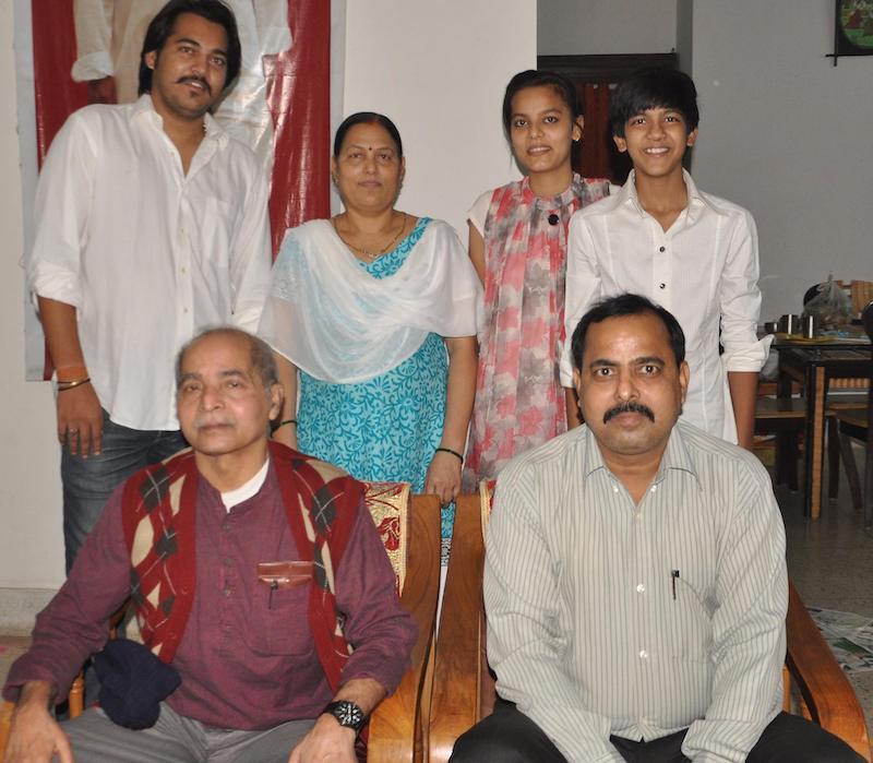 भाई मनोरंजन और परिवार के सदस्यों के साथ।