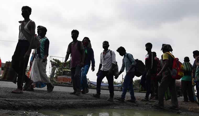 घरों को लौटते प्रवासी मजदूर।