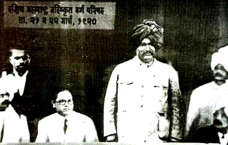शाहूजी महाराज और बगल में बैठे डॉ. अंबेडकर।