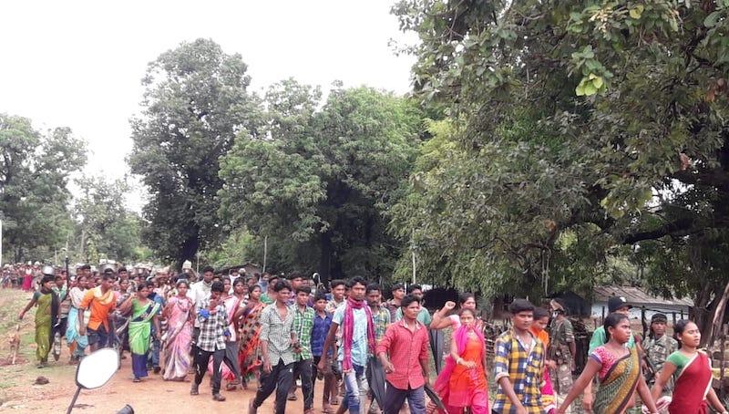 ग्रामीणों का मार्च।