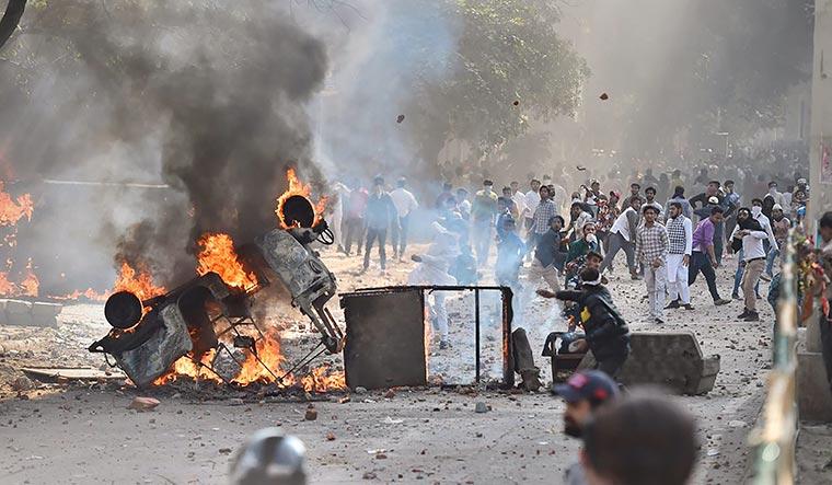दिल्ली दंगों का एक दृश्य।